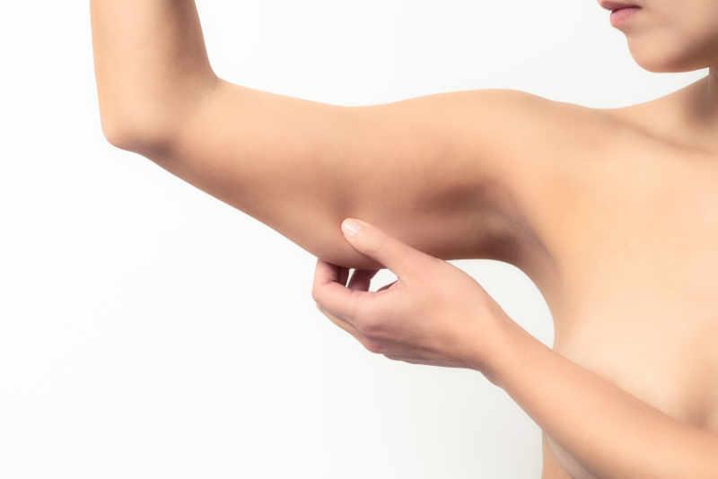Con el paso del tiempo y los cambios importantes de peso, la piel de los brazos puede quedar descolgada y flácida. El lifting de brazos es una técnica quirúrgica que realiza un remodelado del contorno del brazo