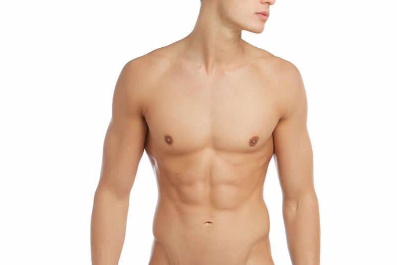Cuando se trata de una ginecomastia verdadera el tratamiento consiste en extirpar la glándula mamaria mediante una pequeña incisión en la areola.