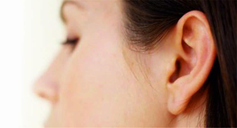 la otoplastia o cirugía de las orejas trata de devolver las orejas a su posición normal, más pegadas a la cabeza. Se realiza generalmente a partir de los 6-7 años, cuando las orejas ya han completado su desarrollo, aunque se puede realizar a cualquier edad.