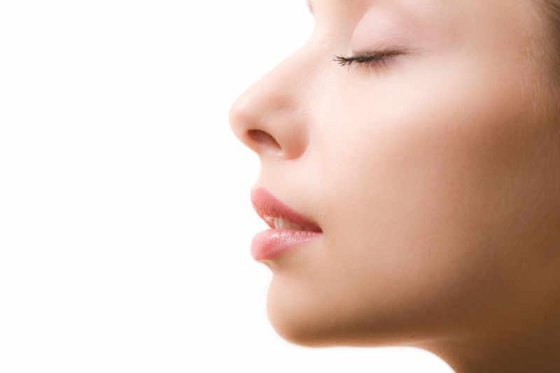 Rinoplastia cerrada: Los puntos quedan ocultos dentro de las fosas nasales, no resultando visibles. Rinoplastia abierta: Se realiza una mínima incisión en la parte baja de la columnela. La cicatriz es prácticamente invisible en la mayoría de los casos al cabo de unos meses.